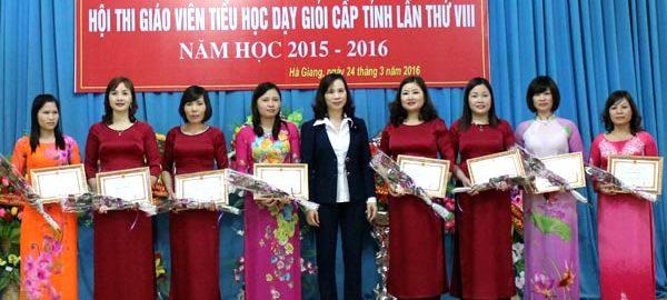 images1271845_Lanh_dao_So_GD_DT_tinh_tang_giay_khen_.__V._Quan_